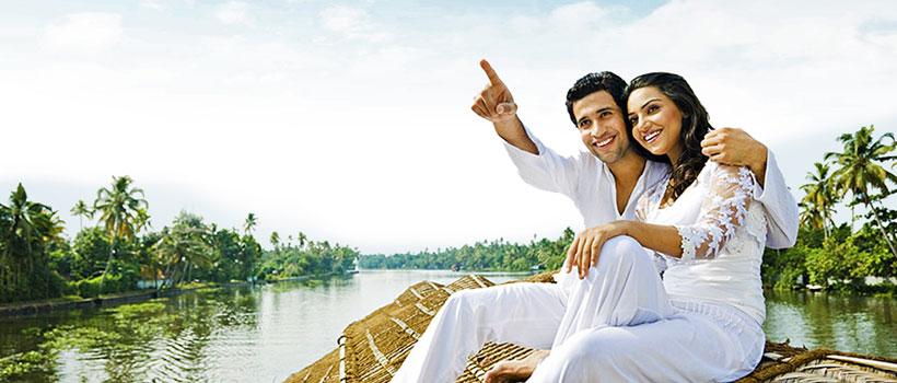 newly married couples in Kerala enjoying their honeymoon in Alleppey houseboat